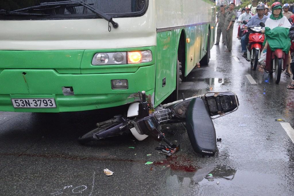 Hiện trường vụ tai nạn khiến người vượt ẩu bất tỉnh, phải đưa đi cấp cứu