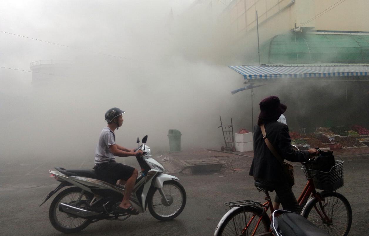 Khói bốc ra mù mịt từ đám cháy trong ki ốt của chợ Hạnh Thông Tây, Gò Vấp