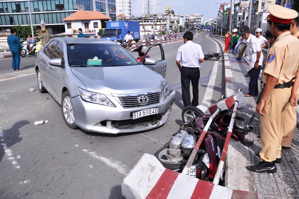 Hai người đi xe máy bị ô tô điên tông nhập viện