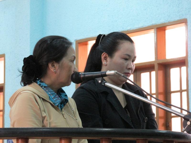 Bị cáo Thụ và Phượng (áo đen) tại phiên tòa
