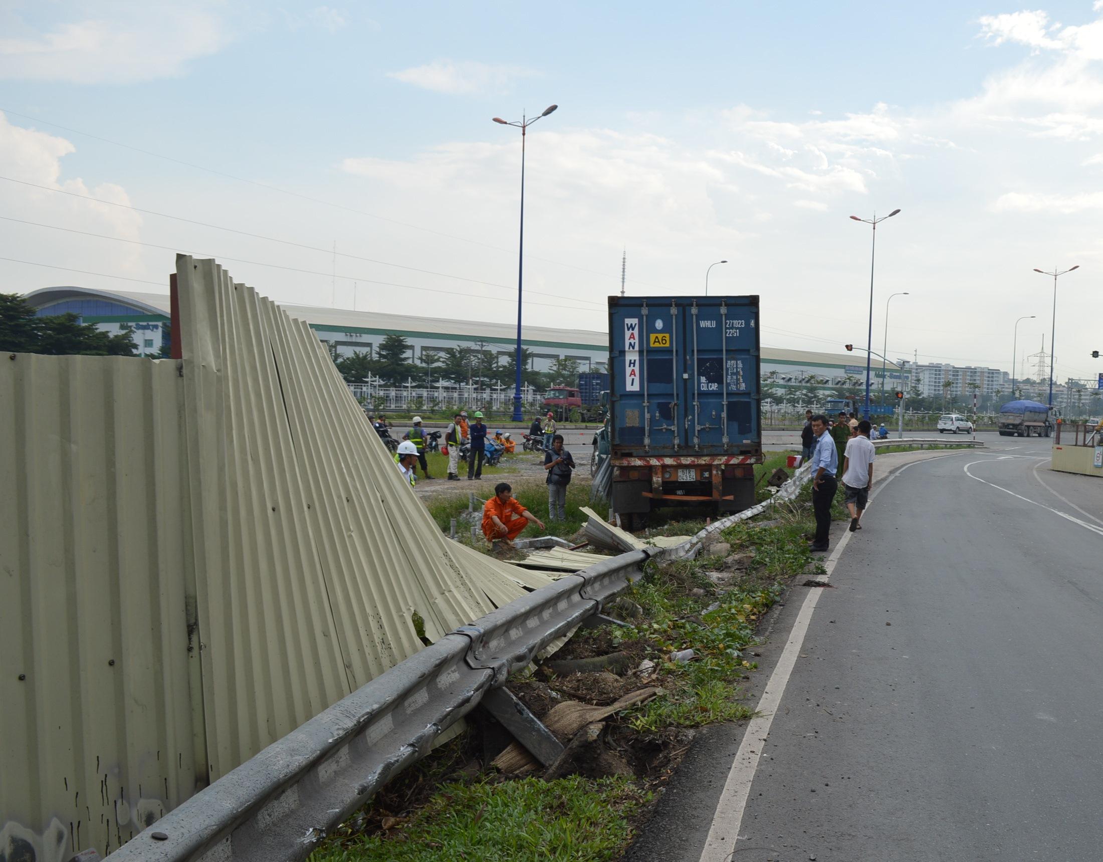 Hàng chục mét rào chắn bị tông đổ