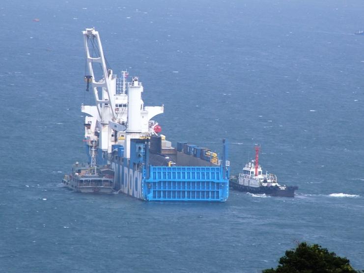 Tàu Rolldock được neo đậu ở phía nam vịnh Cam Ranh