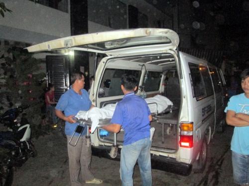 Thi thể nạn nhân được đưa về nhà xác quận Tân Phú để khám nghiệm