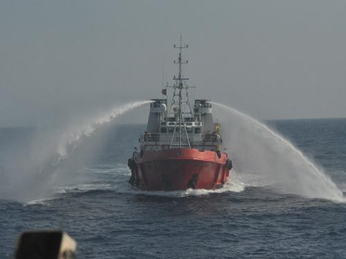 Tàu 2401 của Trung Quốc bật vòi rồng lao tới phun vào tàu kiểm ngư của Việt Nam