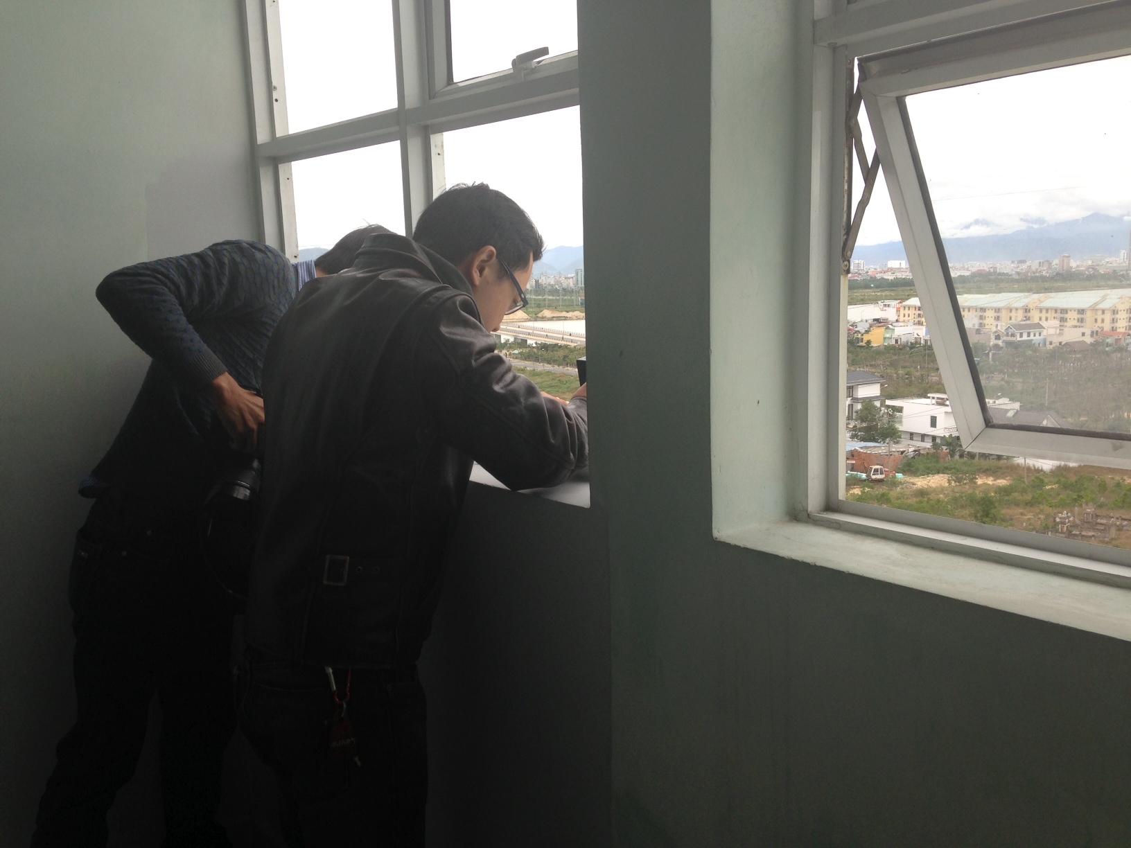 Thức leo qua cửa thông gió từ tầng 9 để tự tử