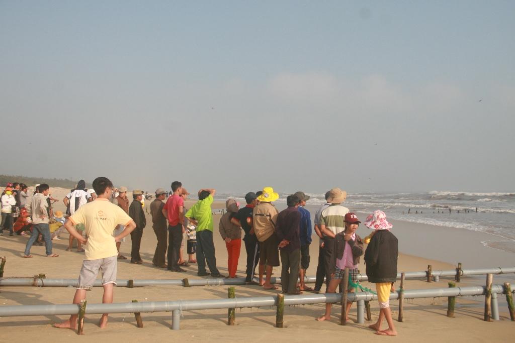 Nhiểu người dân kéo đến bãi biển cầu điều kỳ diệu đến với người xấu số