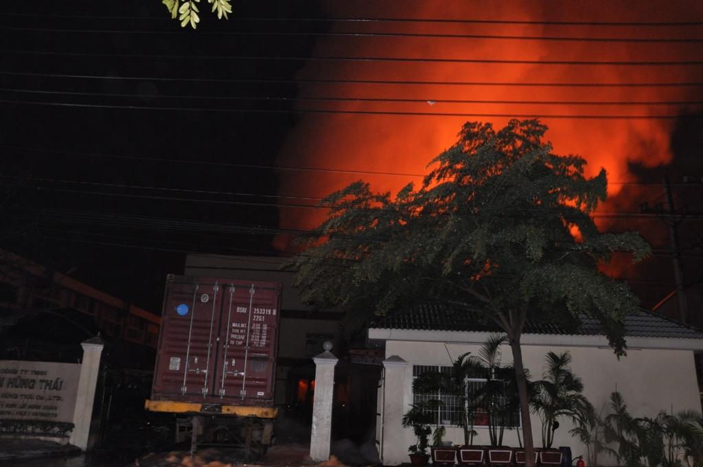Ngọn lửa bùng cháy dữ dội kèm theo nhưng tiếng nổ lớn