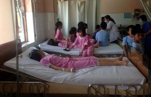 Đến chiều 18-44, một số học sinh bị ngộ độc nặng vân còn nằm viện để theo dõi và điều trị