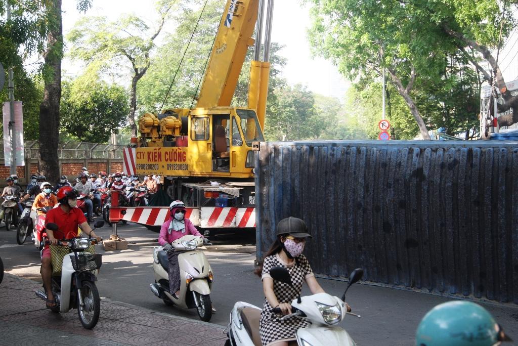 Hiện trường xe container lật trên đường Tôn Đức Thắng