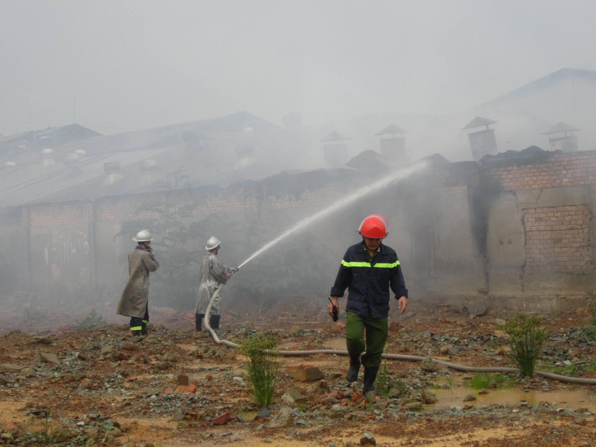 Lực lượng PCCC phải dùng nhiều phương pháp mới khống chế được ngọn lửa.