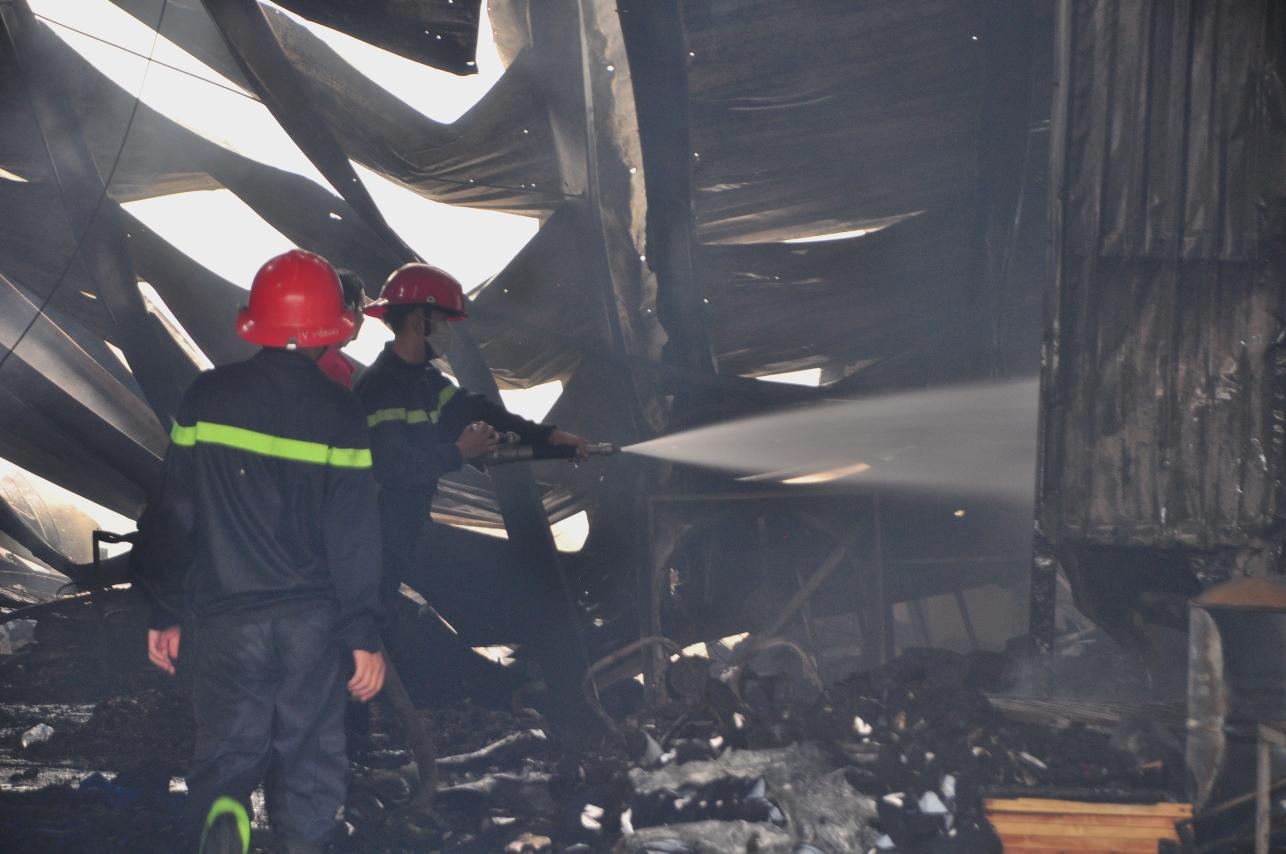 Cháy công ty giày, phá tường cứu hơn chục công nhân