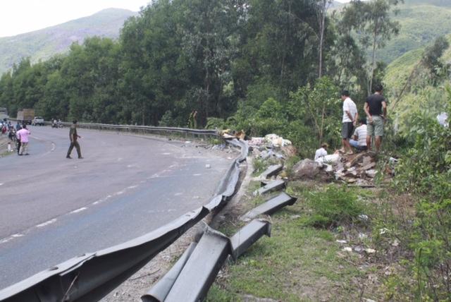 Đoạn đường nơi xảy ra vụ tai nạn giao thông tại chân đèo Cù Mông, sáng 22-9