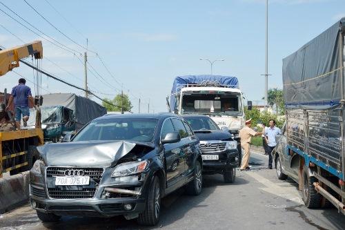 Một ô tô bị xe tải điên tông móp đầu