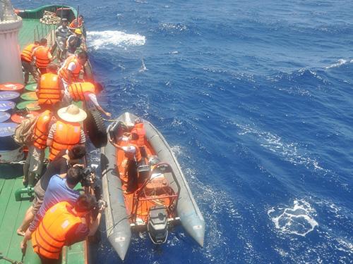 Các cán bộ - chiến sĩ đưa nhóm phóng viên lên tàu CSB để tác nghiệp quanh khu vực giàn khoan trái phép