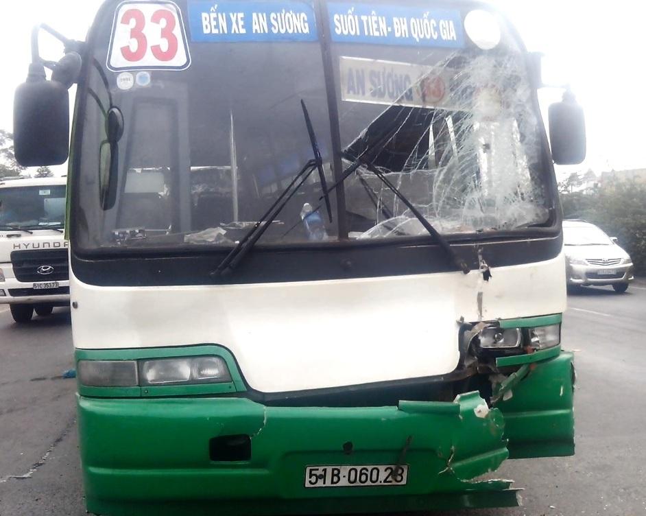 Xe buýt bị hư hỏng sau tai nạn