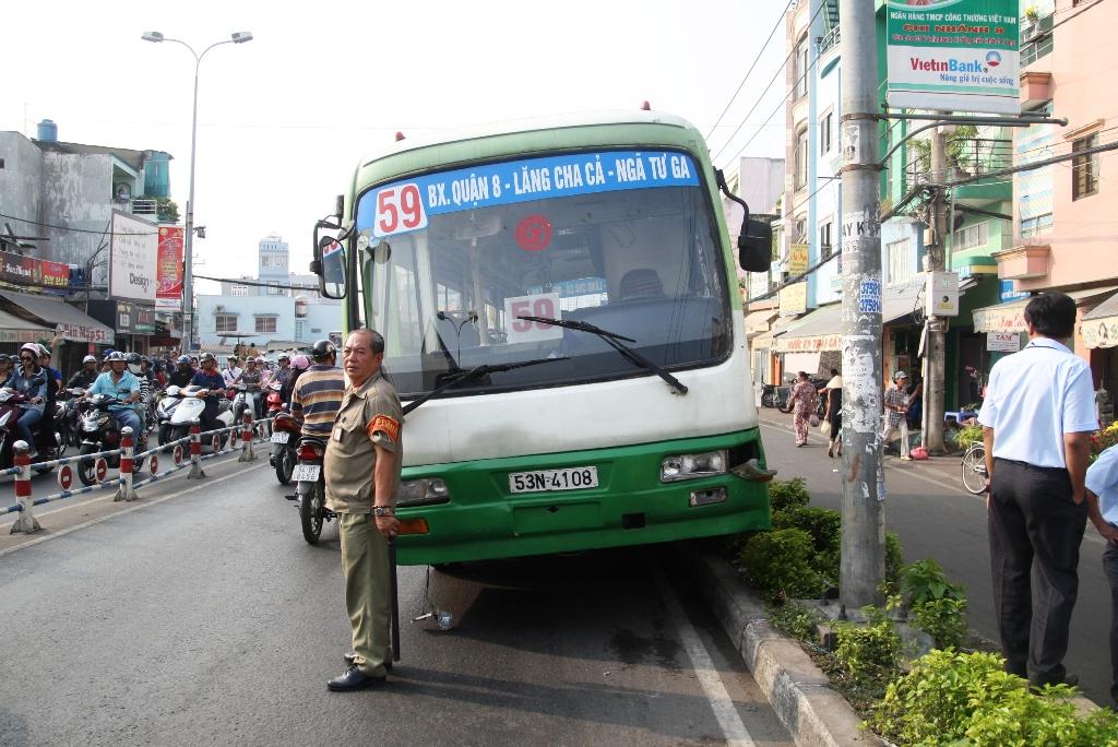 Chiếc xe buýt bất ngờ lao dốc, ủi nhiều xe máy