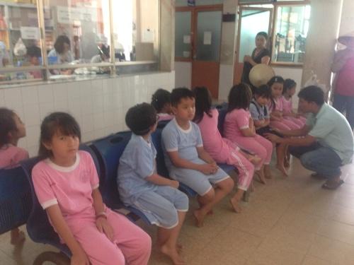 Các em bị nghi ngộ độc thực phẩm được đưa đến Bệnh viện Quận 9