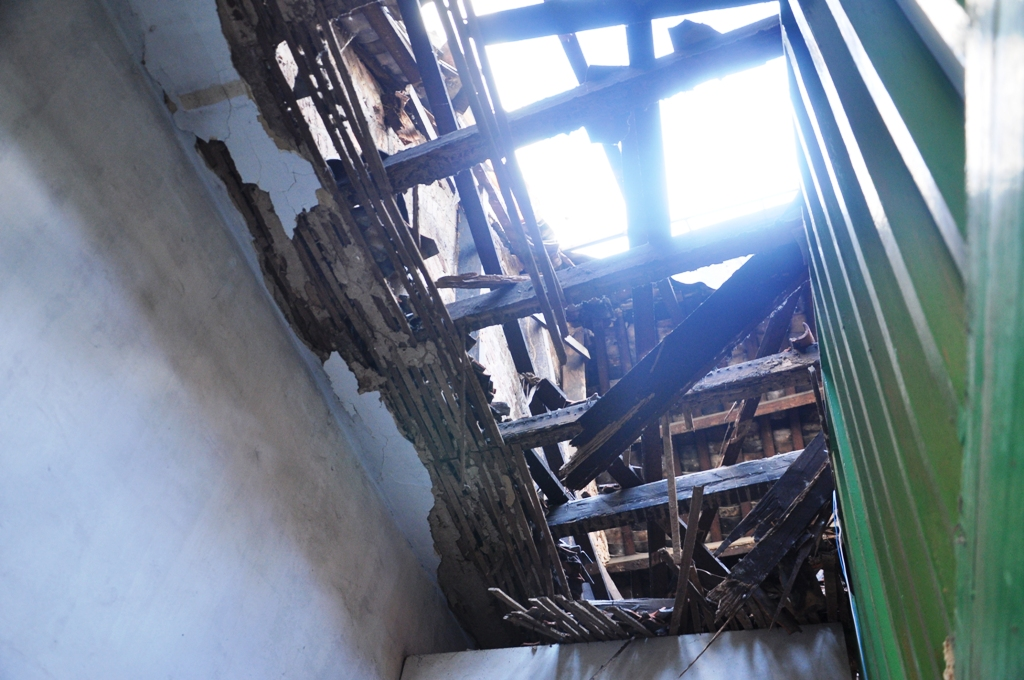 May mắn không ai bị thương khi mái nhà đổ sập xuống