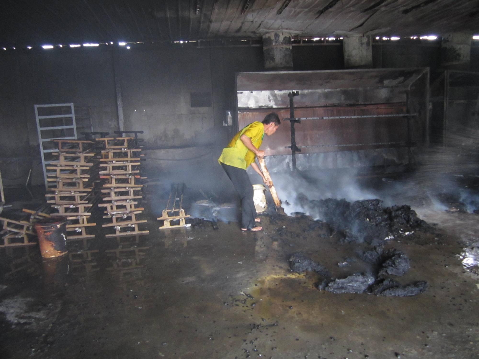 Dù ngọn lửa đã được khống chế nhưng khói vẫn bốc lên nghi ngút bên trong.