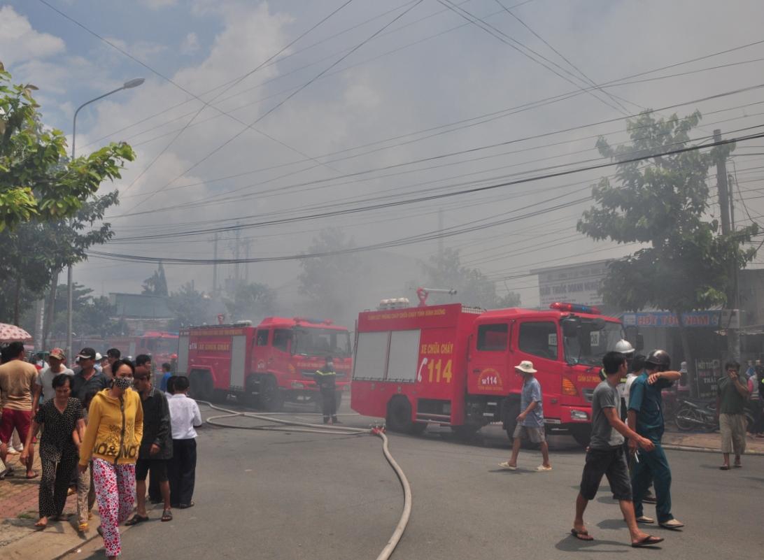 Ngọn lửa được khống chế sau 3 giờ tích cực chữa cháy