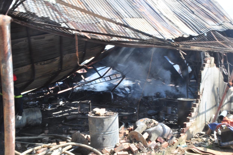 Cảnh tượng đổ nát sau vụ cháy lớn suốt 6 giờ liền.