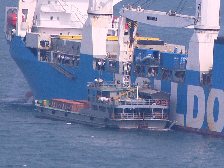 Tàu tiếp nước hỗ trợ cho Rolldock