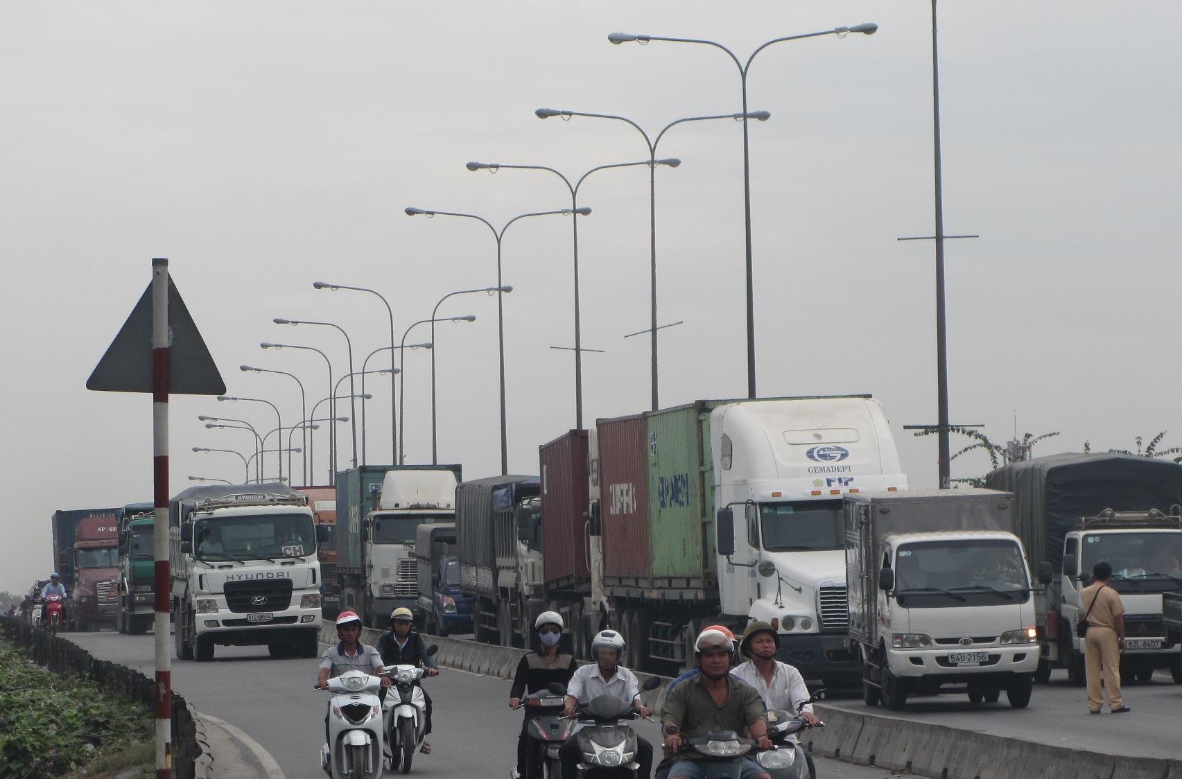 Ùn tắc giao thông xảy ra sau khi xe ben gây tai nạn liên hoàn trên cầu vượt Sóng Thần