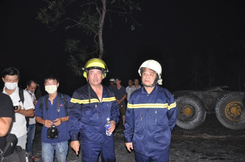 Thiếu tướng Trần Triều Dương, Giám đốc Sở Cảnh sát PCCC TP HCM (bìa phải) có mặt trực tiếp chỉ đạo công tác dập lửa