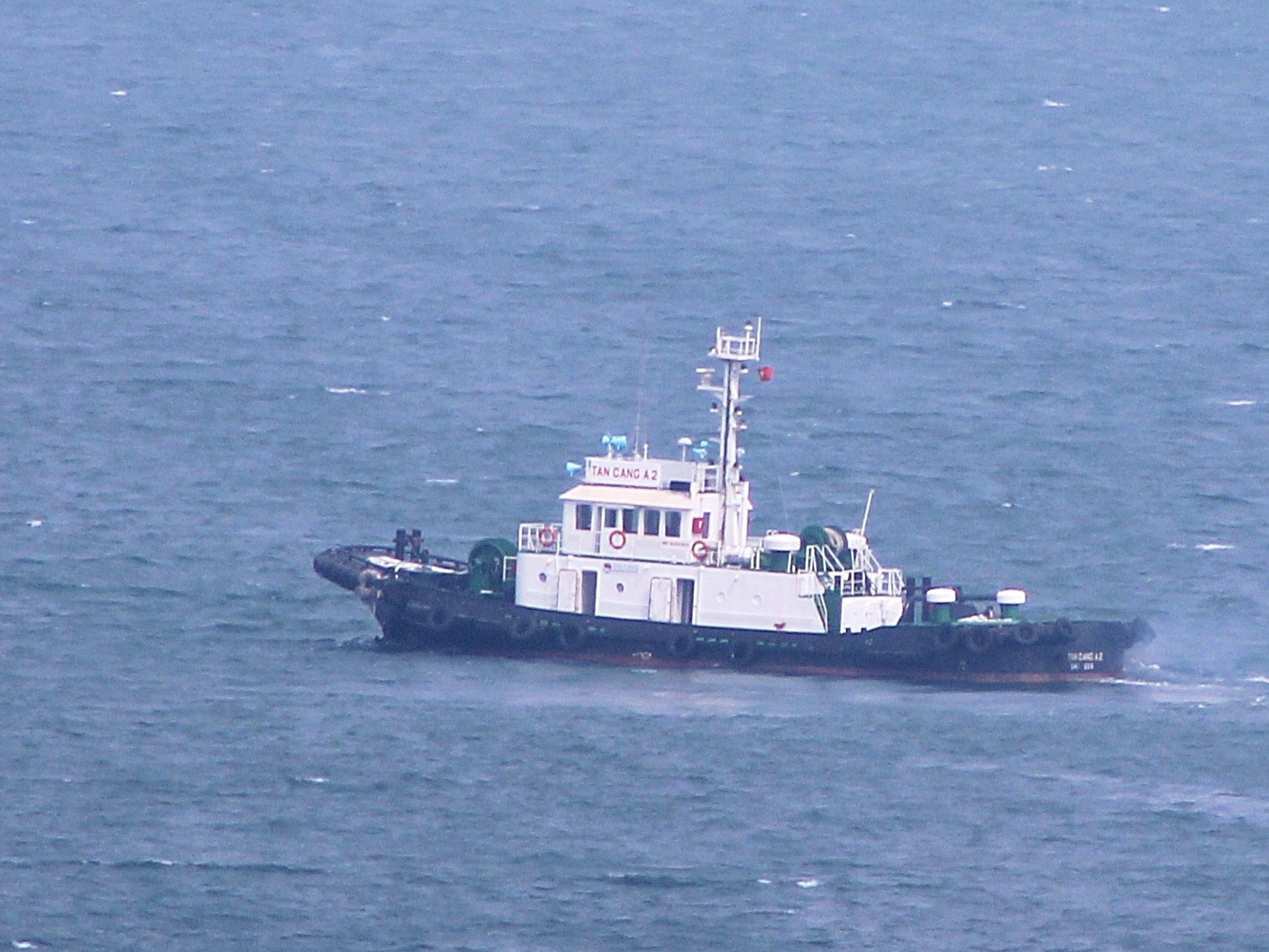 Tàu lai dắt Azimuth hiện đại sẵn sàng đưa tàu Hà Nội vào căn cứ tàu ngầm