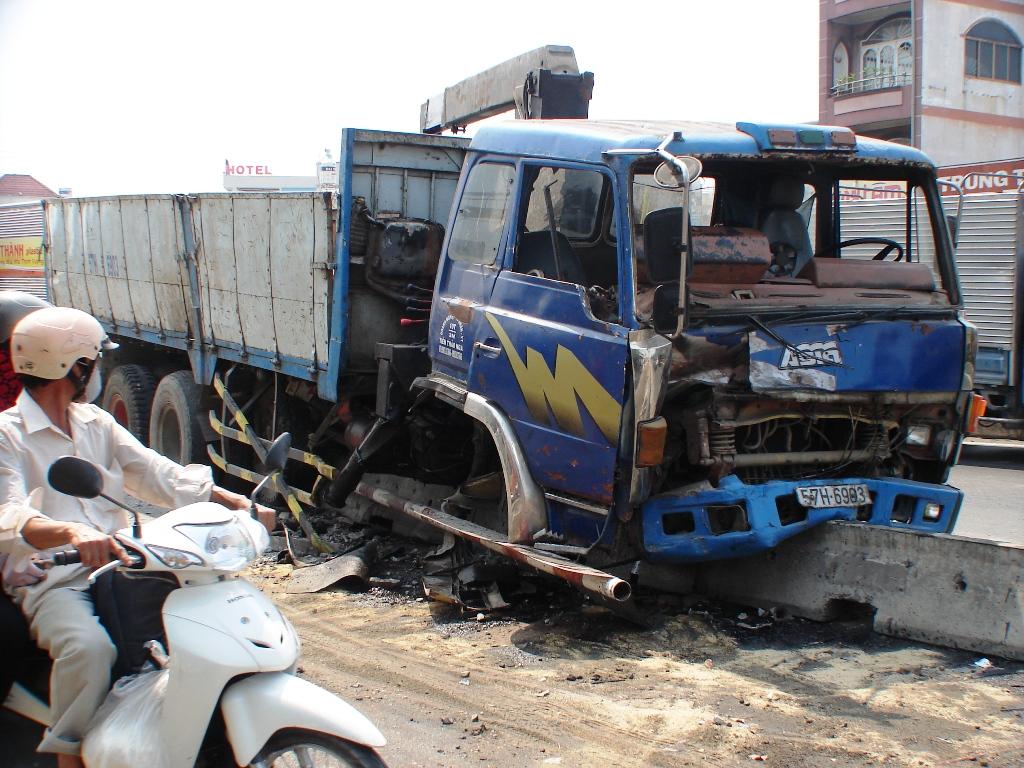 Xe tải cày nát dải phân cách khiến trục và hai bánh trước văng ra ngoài.
