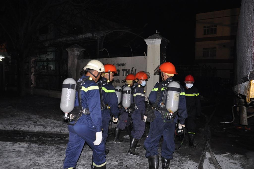 Lính cứu hỏa đeo mặt nạ dưỡng khí