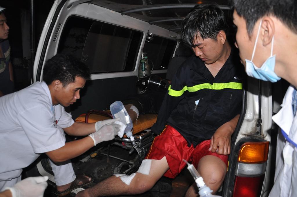 Chữa cháy 8 giờ ở công ty hóa chất, 15 lính cứu hỏa nhập viện
