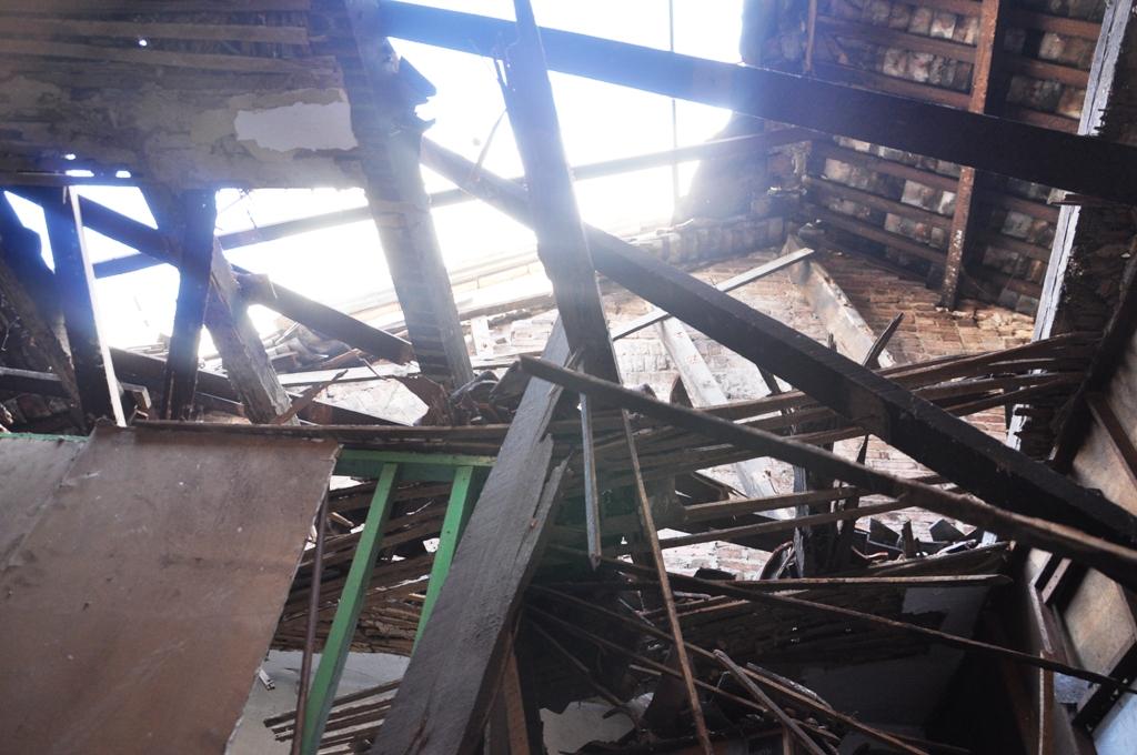 Phần mái nhà cũ kỹ bị sập giữa khuya
