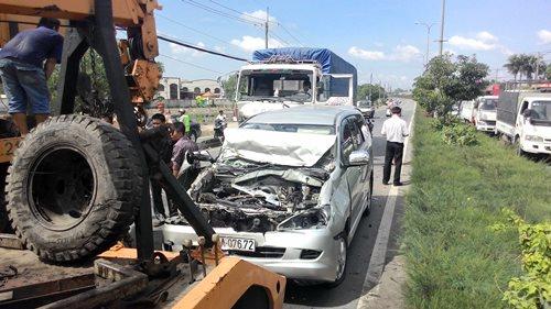 Lực lượng chức năng kéo xe bị nạn khỏi hiện trường