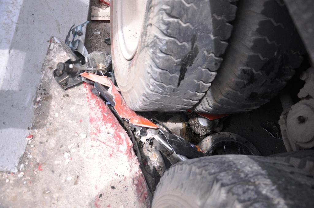 Xe máy bị nghiền nát dưới bánh xe rác