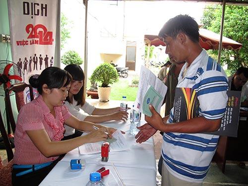Người lao động hưởng trợ cấp thất nghiệp tại Trung tâm GTVL TP HCM ảnh: Hồng Nhung