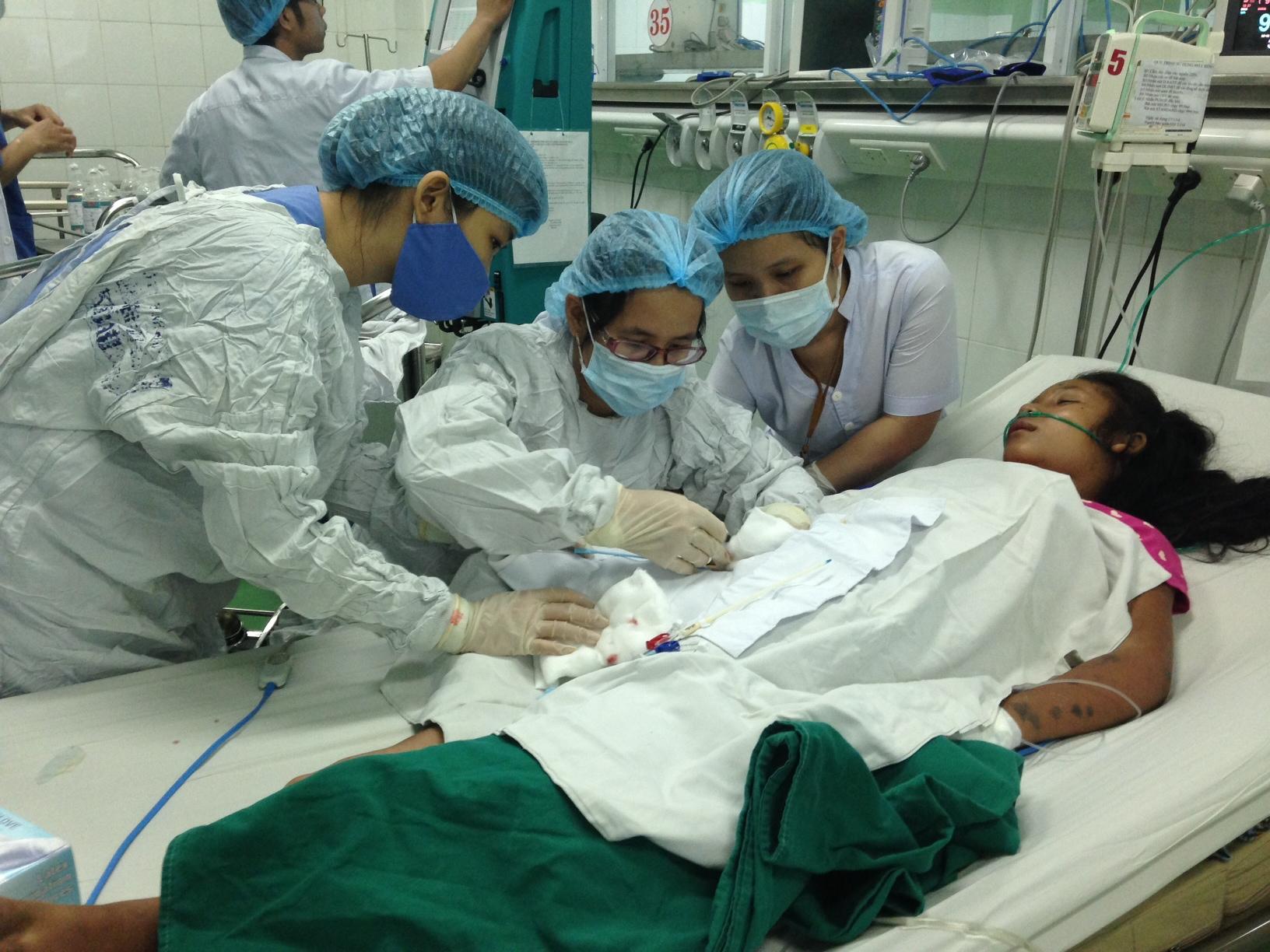 Các bác sĩ đang điều trị cho nạn nhân