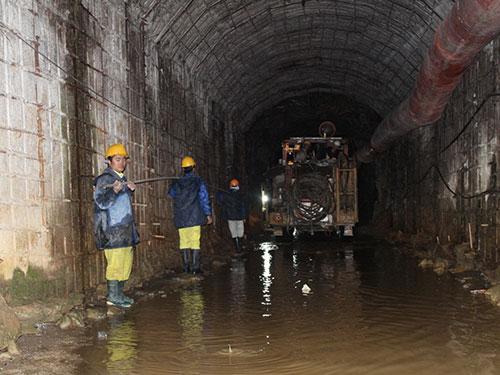 Lực lượng cứu hộ khoan dò trong đường hầm để cứu các nạn nhân tối 16-12 Ảnh: PHẠM VIẾT BẮC