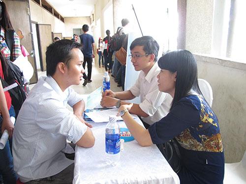 Sinh viên tham gia phỏng vấn giả định tại ngày hội việc làm ở TP HCM