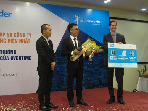 Mai Chí Hữu (giữa) nhận giải thưởng trị giá 1 tỉ đồng từ chương trình Overtime Ảnh: NGUYÊN KHÔI