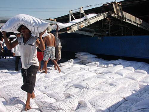 Chuyển gạo lên tàu để xuất khẩu Ảnh: SƠN NHUNG