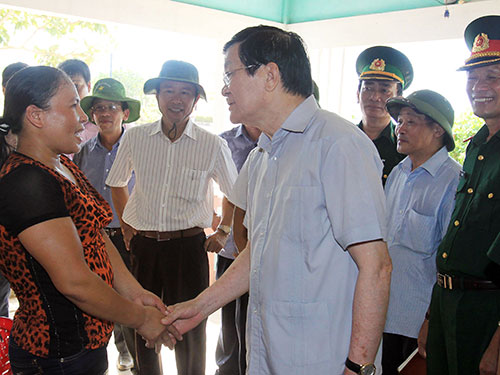 Chủ tịch nước Trương Tấn Sang thăm hỏi người dân huyện đảo Cồn Cỏ,  tỉnh Quảng Trị Ảnh: TTXVN
