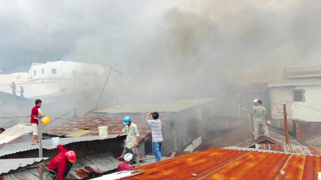 An Giang: 15 căn nhà bốc cháy phừng phừng trong cơn mưa lớn