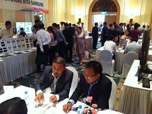 Các DN trong nước tiếp xúc với đại diện SEV và xem sản phẩm mẫu của Samsung.