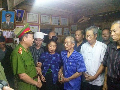 Thượng tướng Lê Quý Vương động viên gia đình đại úy Lường Phát Chiêm