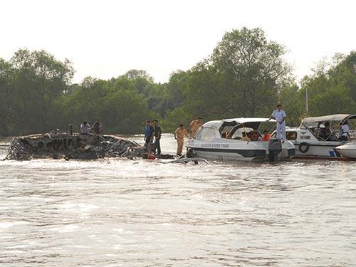 Lực lượng cứu hộ kéo tàu Vina Express 01 vào gần bờ để điều tra nguyên nhân cháy Ảnh: TTXVN