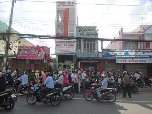 Vụ đột nhập cướp tài sản tại cơ sở giải phẫu thẩm mỹ Bảo Trang thu hút  sự quan tâm của người dân địa phương