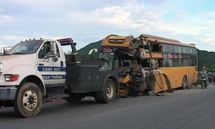 Xe khách bị hư hỏng nặng sau tai nạn
