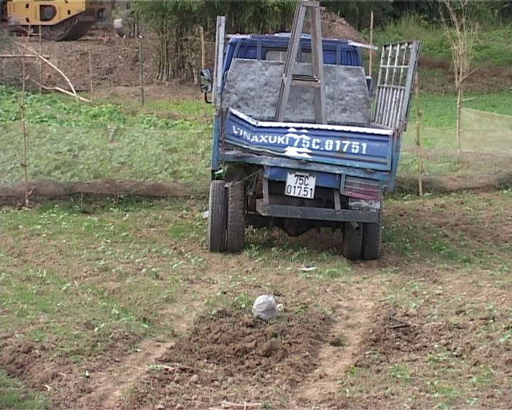 Chiếc xe tải cũng móp méo