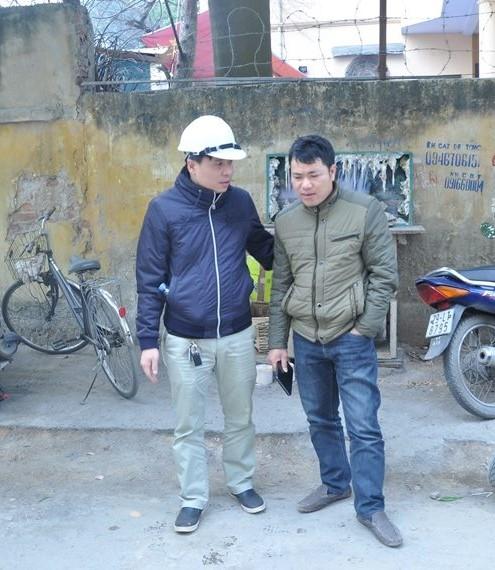 Tài xế Nguyễn Bá Dương (phải), người điều khiển chiếc taxi bị giàn giáo đè lên